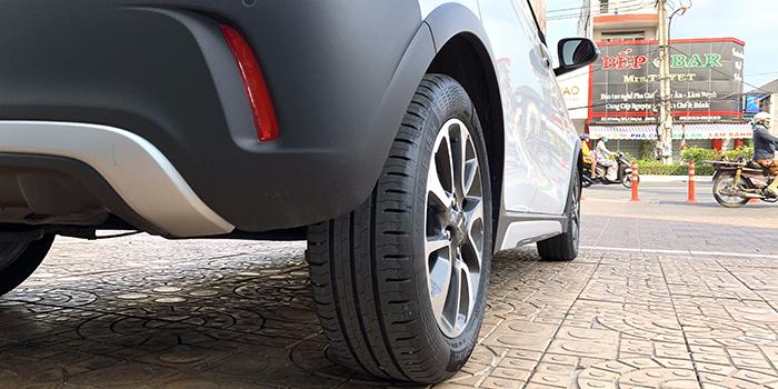 Lốp xe có bề rộng lớn giúp VinFast Fadil nhìn mạnh mẽ và vận hành vững chắc hơn