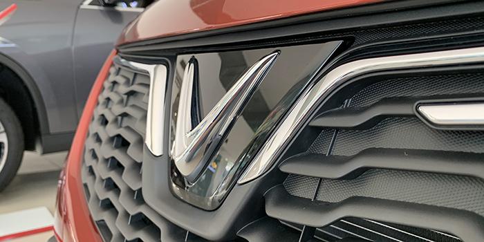 VinFast Fadil với logo đặt ở giữa mang ý nghĩa sâu sắc