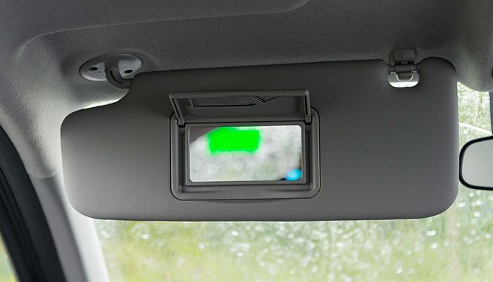 Gương trên tấm chắn nắng phía người lái của VinFast Fadil tiêu chuẩn